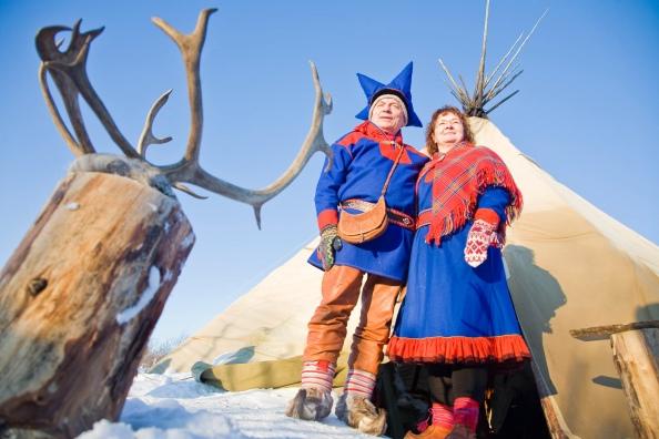 Sami (lapones) en trajes tradicionales
